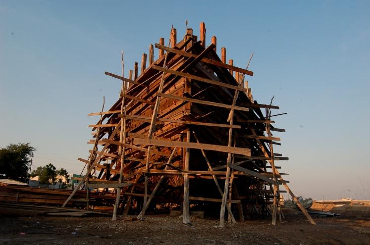 Ship_Building_Yard_at_Mandvi,_Gujrat,_India