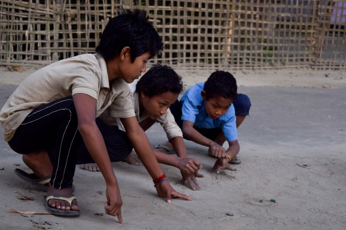 Mishing tribe_children plating marble_Majuli